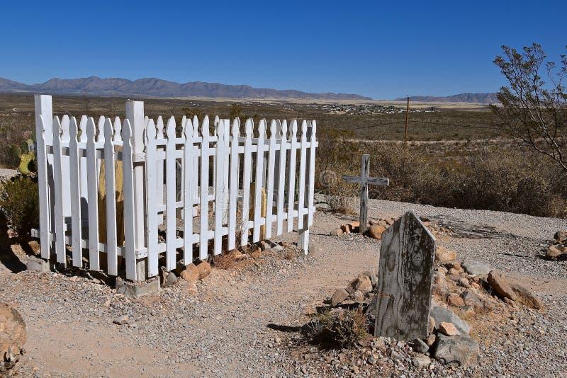 Barrière en bois blanche autour d'un gravesite au boothill photo libre de droits