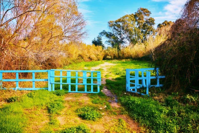 Barrière en bois bleue avec la porte ouverte photographie stock libre de droits