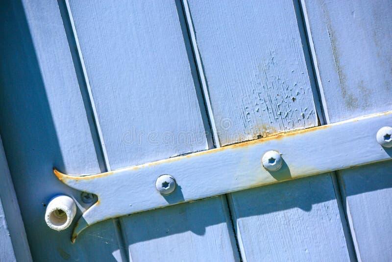 Barrière en bois bleue de porte avec la vis photos libres de droits