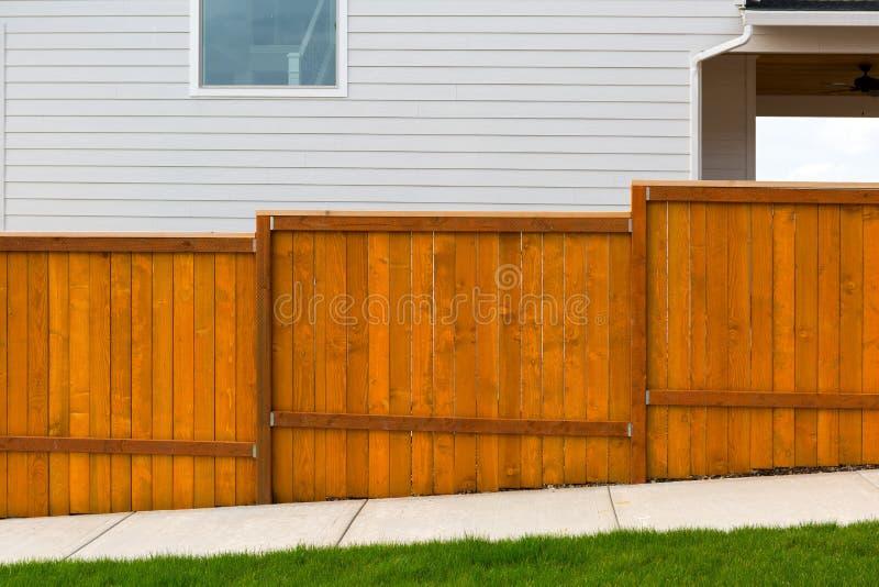 Barrière en bois Construction de jardin souillée nouveau par rouge photos stock