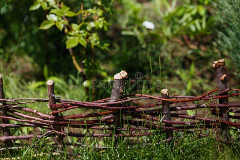 Barrière en bois d'acacia dans le jardin photos libres de droits