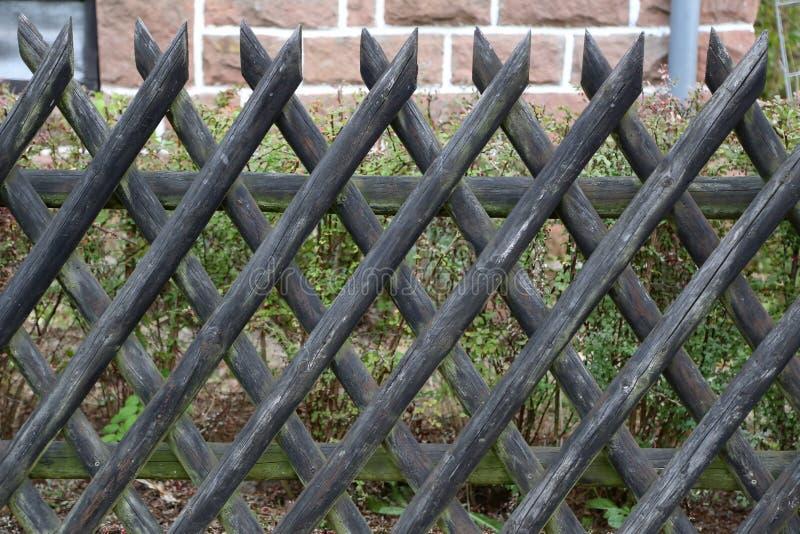 Barrière en bois dans le jardin photos stock