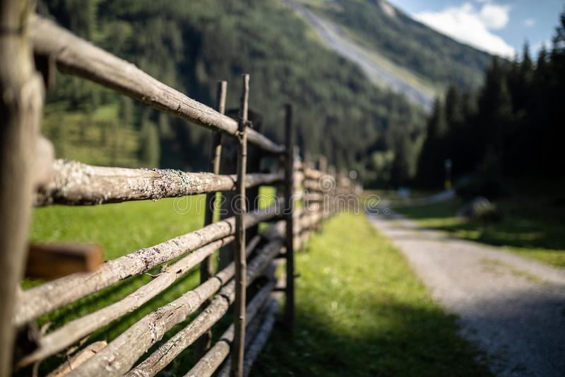 Barrière en bois dans les Alpes tyroliens sous le ciel bleu image libre de droits