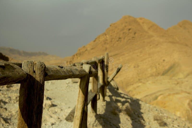 Barrière en bois dans les montagnes photos libres de droits