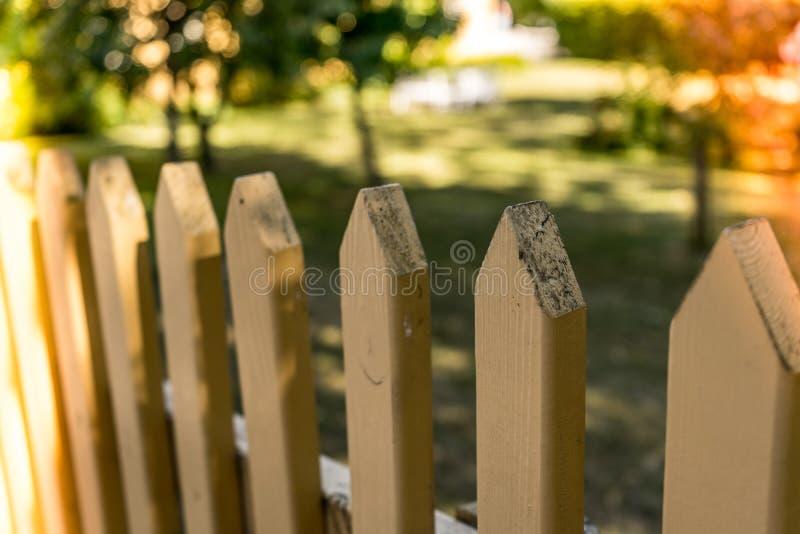 Barrière en bois de maison de ferme avec arbres à l'arrière-plan images libres de droits
