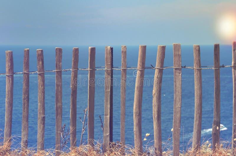 Barrière en bois devant la mer photos libres de droits