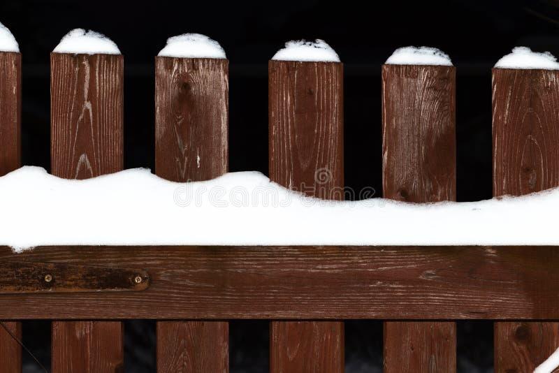 Barrière en bois en hiver photo stock