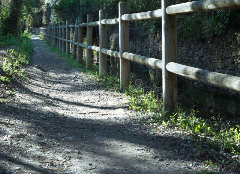Barrière en bois pour la protection de la promenade naturelle photographie stock