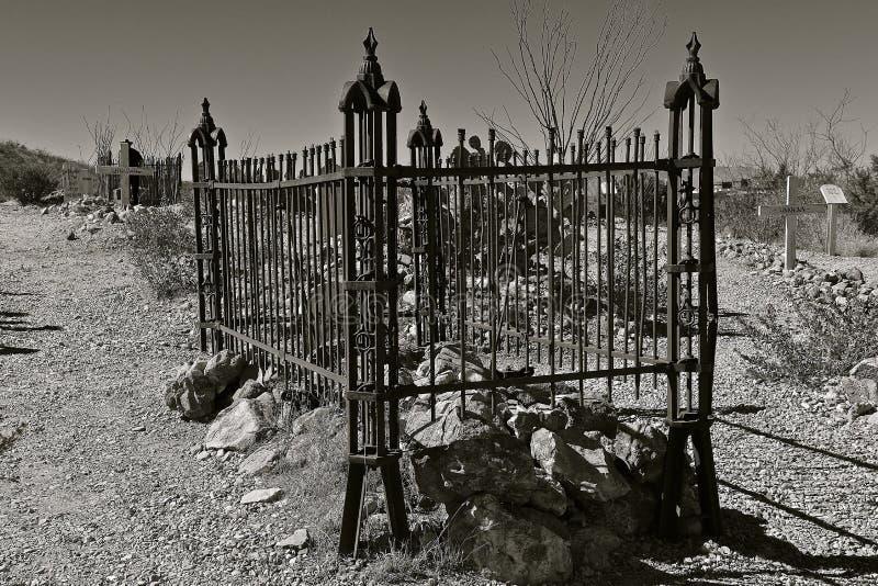 Barrière en métal autour d'un gravesite au boothill photos stock