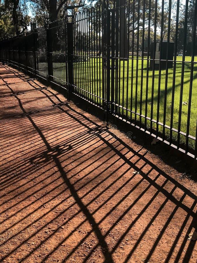 Barrière en métal autour du parc photos stock