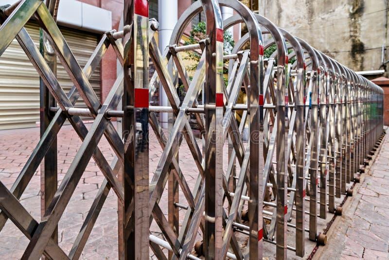 Barrière escamotable de portes en métal ou contrôleur à distance de barrière image libre de droits