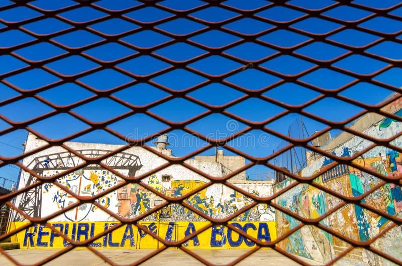 Barrière et graffiti photographie stock libre de droits