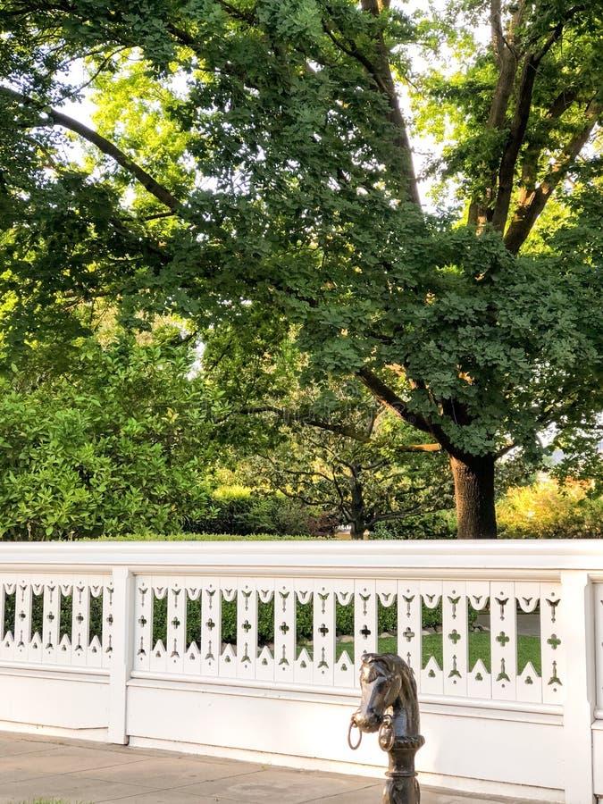 Barrière et jardin au manoir de McHenry images libres de droits