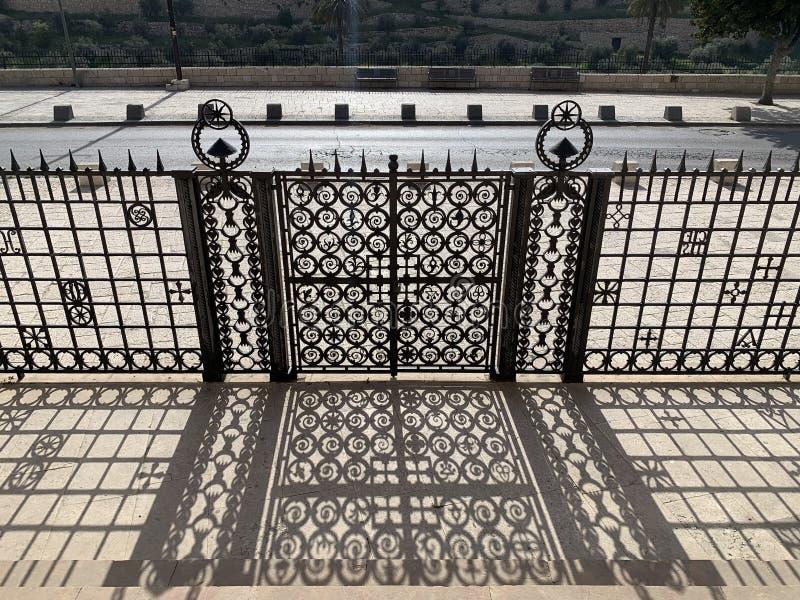 Barrière et ombre près de l'église de toutes les nations image stock