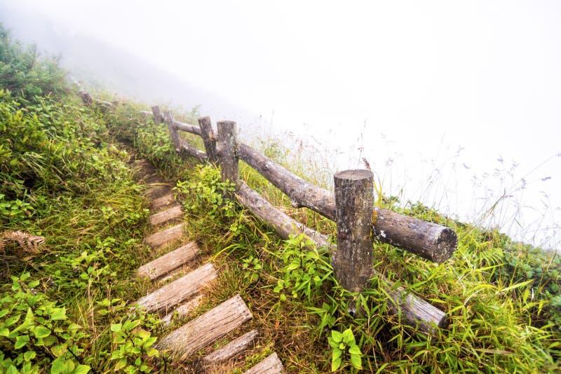 Barrière et voie sur la montagne images stock