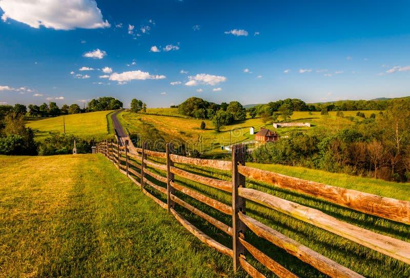 Barrière et vue de Rolling Hills et de terres cultivables dans le champ de bataille de ressortissant d'Antietam photos stock