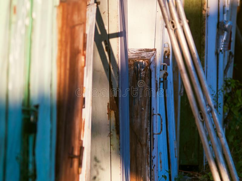 Barrière fabriquée à la main faite en déchets photos stock