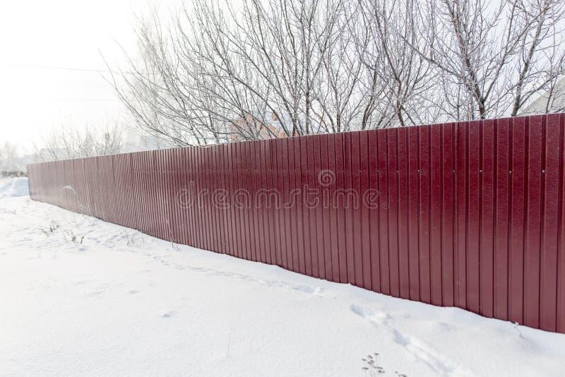 Barrière faite de métal dans la neige en hiver photos libres de droits