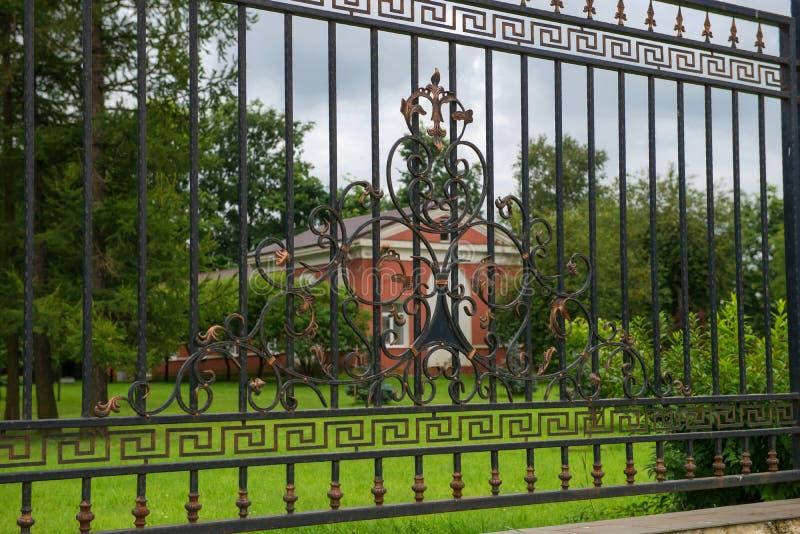 Barrière forgée de gril en métal du jardin de ville photographie stock
