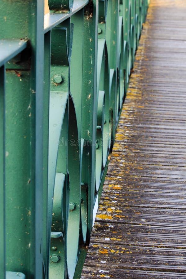 Barrière historique et verte de fer image stock