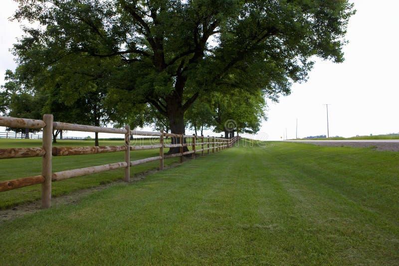 Barrière le long de champ dans St Louis Missouri images libres de droits