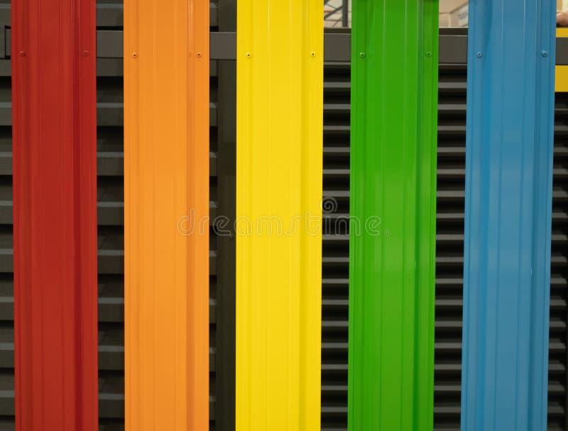Barrière métallique colorée vive de fer-blanc de plan rapproché photos stock
