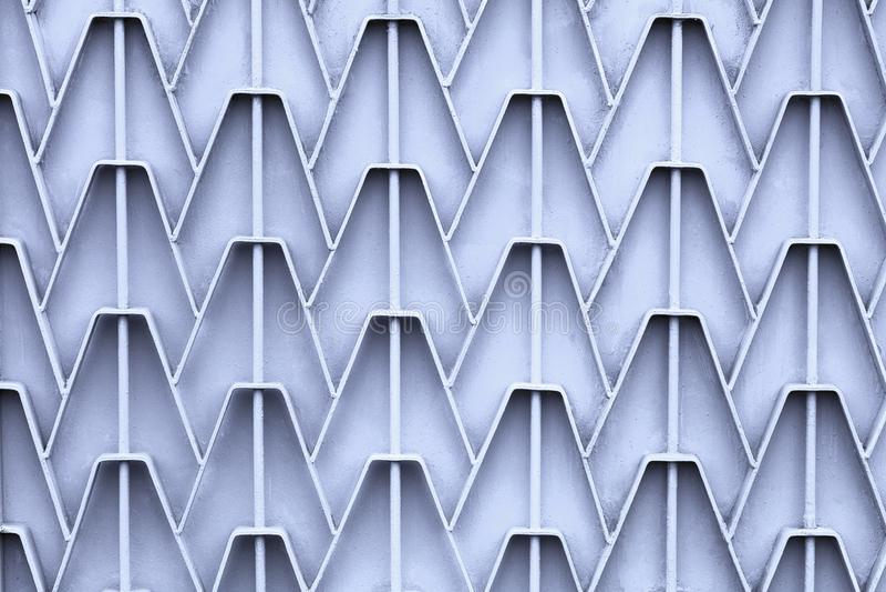 Barrière modelée en métal avec la peinture grise lumineuse périmée texture abstraite de fond images stock