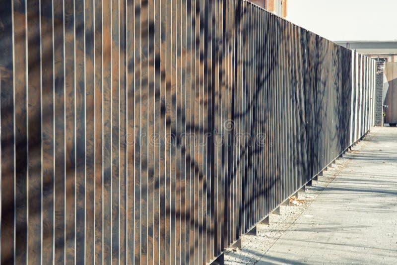 Barrière moderne en métal avec les feuilles verticales photographie stock