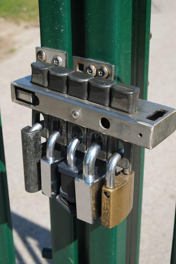 Barrière multiple de degré de sécurité de cadenas photos stock