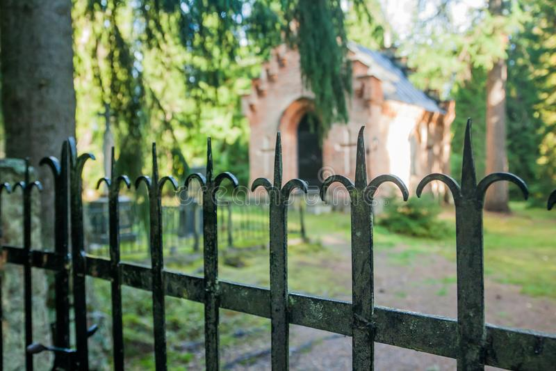 Barrière noire à la vieille chapelle au cimetière de famille de Wrede 18 septembre 2018 - Anjala, Kouvola, Finlande image stock