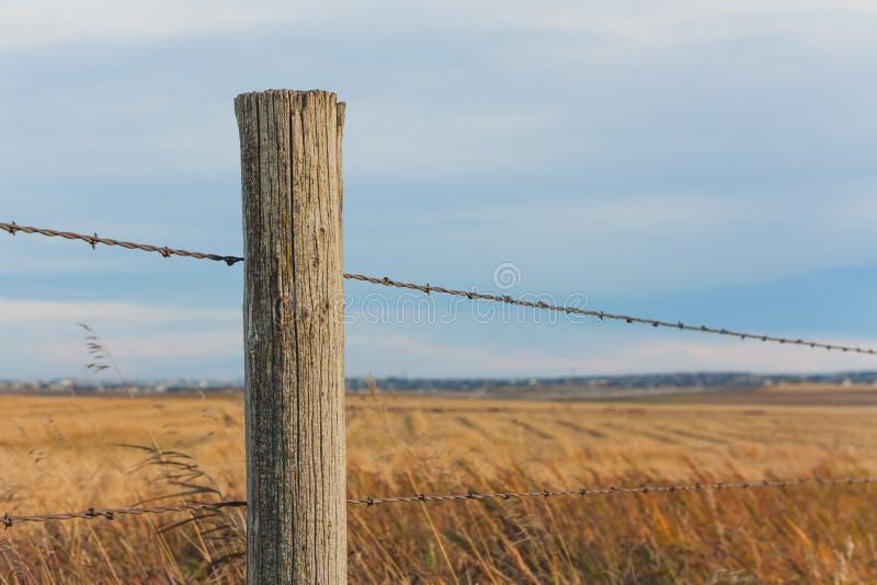 Barrière Post dans la prairie photos stock