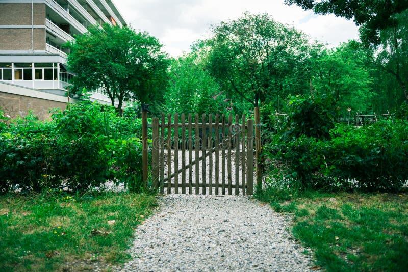 Barrière pour le jardin communal de ville photographie stock