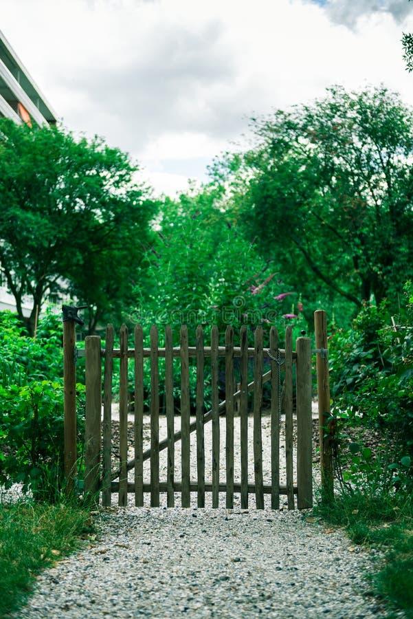 Barrière pour le jardin communal de ville images stock