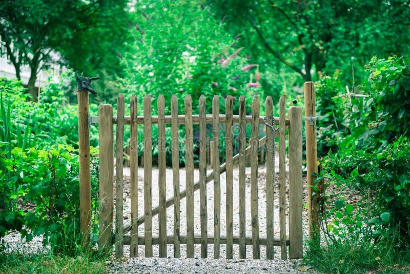 Barrière pour le jardin communal de ville photos libres de droits