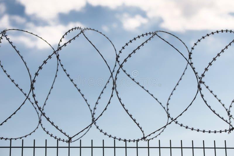 Barrière protectrice sûre en métal avec le barbelé photographie stock