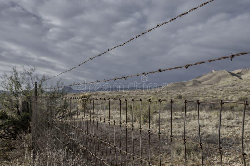Barrière rurale de fil et de barbelé photographie stock libre de droits