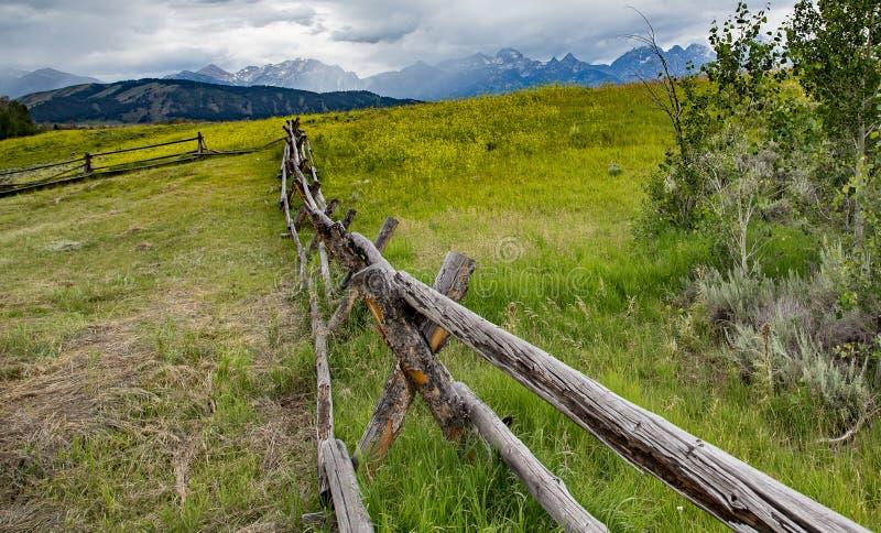 Barrière rustique au Wyoming photographie stock libre de droits