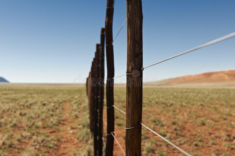 Barrière sans fin dans le paysage de désert image libre de droits
