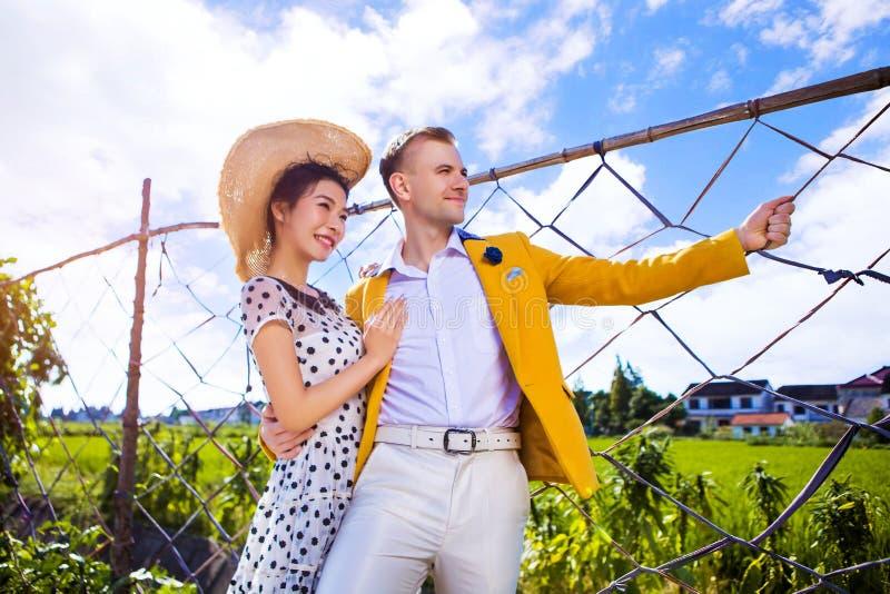 Barrière se tenante prêt de couples réfléchis sur le champ contre le ciel images libres de droits