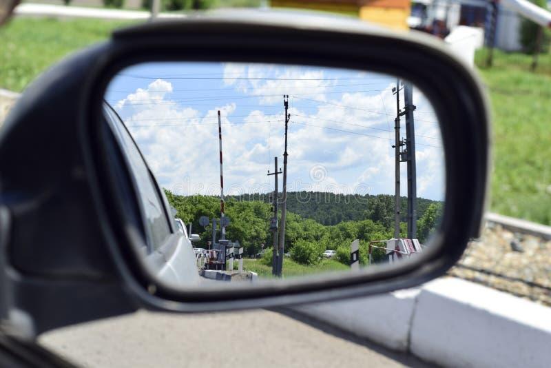 Barrière sur le chemin de fer dans le miroir photos libres de droits