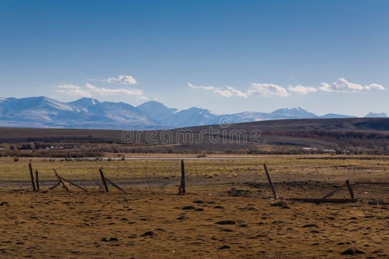Barrière sur le fond des hautes montagnes neigeuses photos stock