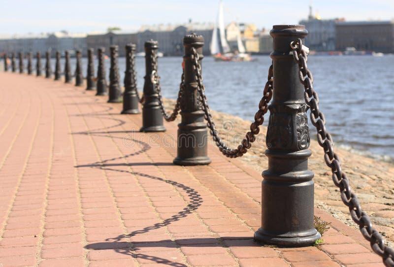 Barrière sur le quai photographie stock libre de droits