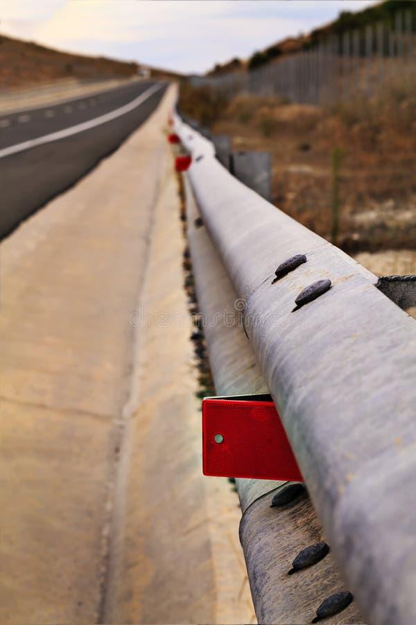 Barrière sur le signe réfléchi rouge de route images libres de droits