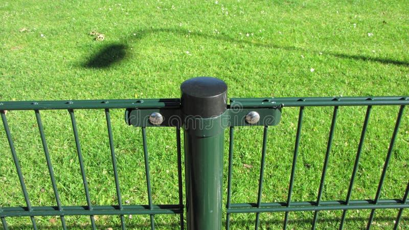 Barrière verte de fer avec la pile photos stock