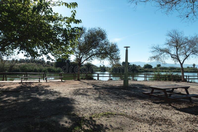 Barrières de bois dans le lac photos stock