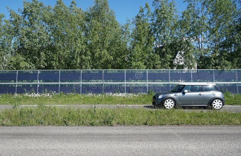 Barrières de bruit avec les panneaux solaires intégrés image libre de droits