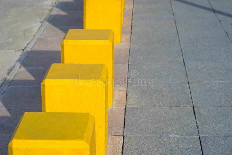 Barrières de marche concrètes jaunes de rue image libre de droits