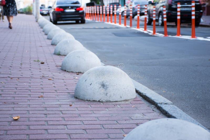 Barrières de sécurité d'arrêt de véhicule à moteur de voiture ou ou bornes d'hémisphères Les structures en béton pour empêcher se photo libre de droits