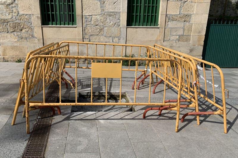 Barrières en métal de rue autour du trou photos libres de droits