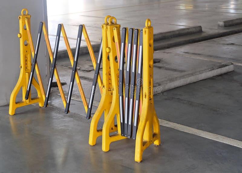 Barrières en plastique portatives jaunes bloquant la route photographie stock libre de droits